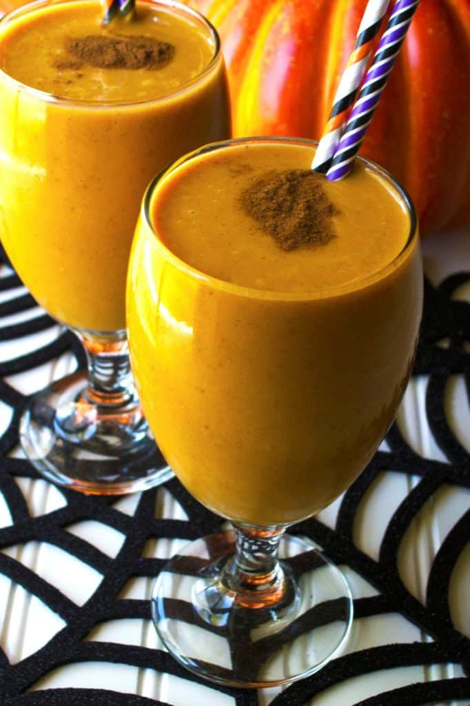 Pumpkin Smoothie | This Pumpkin Smoothie is pack full of delicious fall flavors and tons of protein to keep you going. A perfect healthier lifestyle choice | Pack Momma | www.packmomma.com