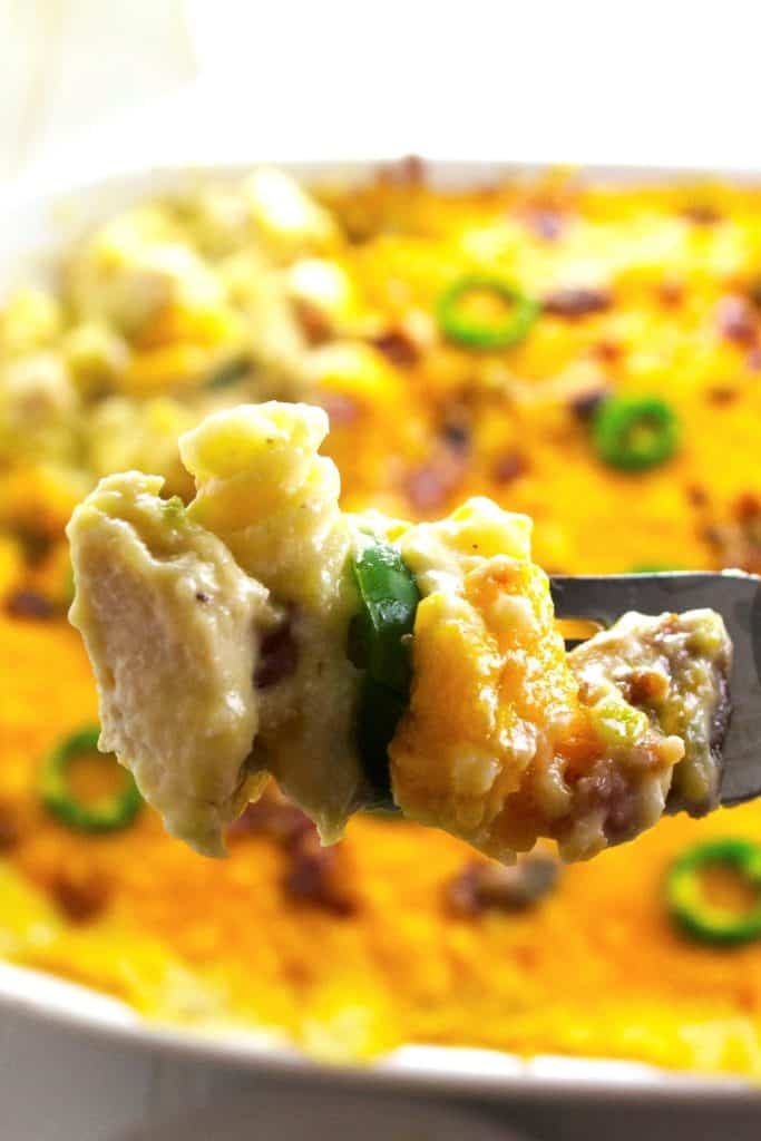 Jalapeno Popper Chicken Macaroni and Cheese | Jalapeno Popper Chicken Macaroni and Cheese is the perfect combination of spicy jalapeno peppers, tender chicken and rich, creamy macaroni and cheese. Perfect comfort food!| Pack Momma | www.packmomma.com
