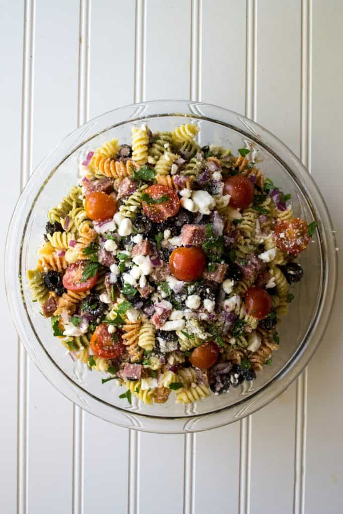 Easy Italian Pasta Salad | Easy Italian Pasta Salad is the perfect cold salad to bring to any BBQ, potluck or summer backyard party. The very best quick, easy and delicious side dish. | Pack Momma | www.packmomma.com