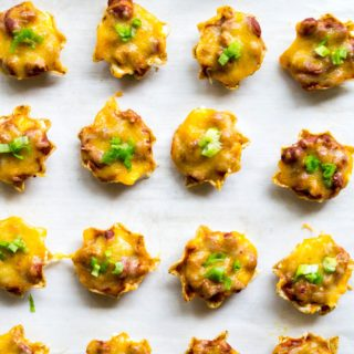Chili Cheese Dip Bites | Chili Cheese Dip Bites combine spicy chili, melted cheddar cheese and cream cheese and deliver it in individual little nacho chips. Perfect for Game Day! | Pack Momma | www.packmomma.com