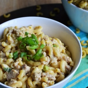 Homemade Cheeseburger Helper | Homemade Cheeseburger Helper is delicious and quick to get on the dinner table on those nights when you need something easy. Your family will love it! | Pack Momma | https://www.packmomma.com