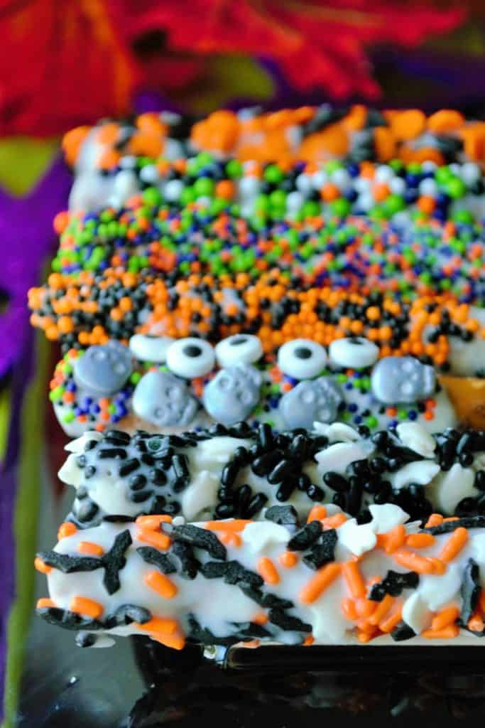 Halloween Pretzels | Halloween Pretzels are easy, delicious and such a fun and festive idea for a quick Halloween treat! This salty sweet snack will be the hit of Halloween! | Pack Momma | https://www.packmomma.com